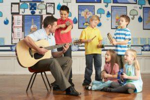 Alcuni bambini impegnati in una lezione propedeutica con un insegnante