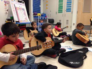 Bambini a scuola di chitarra