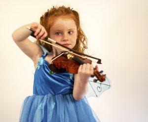 Una bambina che ha scelto il suo strumento musicale: il violino!