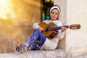 Musica al femminile: la signora suona la chitarra